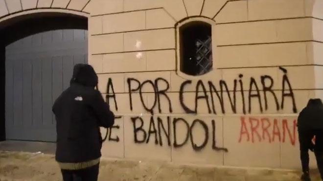 Pintades al Palau Episcopal d'Urgell per reclamar la despenalització de l'avortament a Andorra