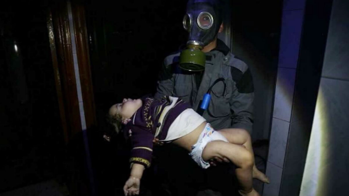 Un miembro de los Cascos Blancos evacua a una de las víctimas del ataque en Duma.