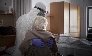 Atención a un paciente en una residencia de Barcelona.