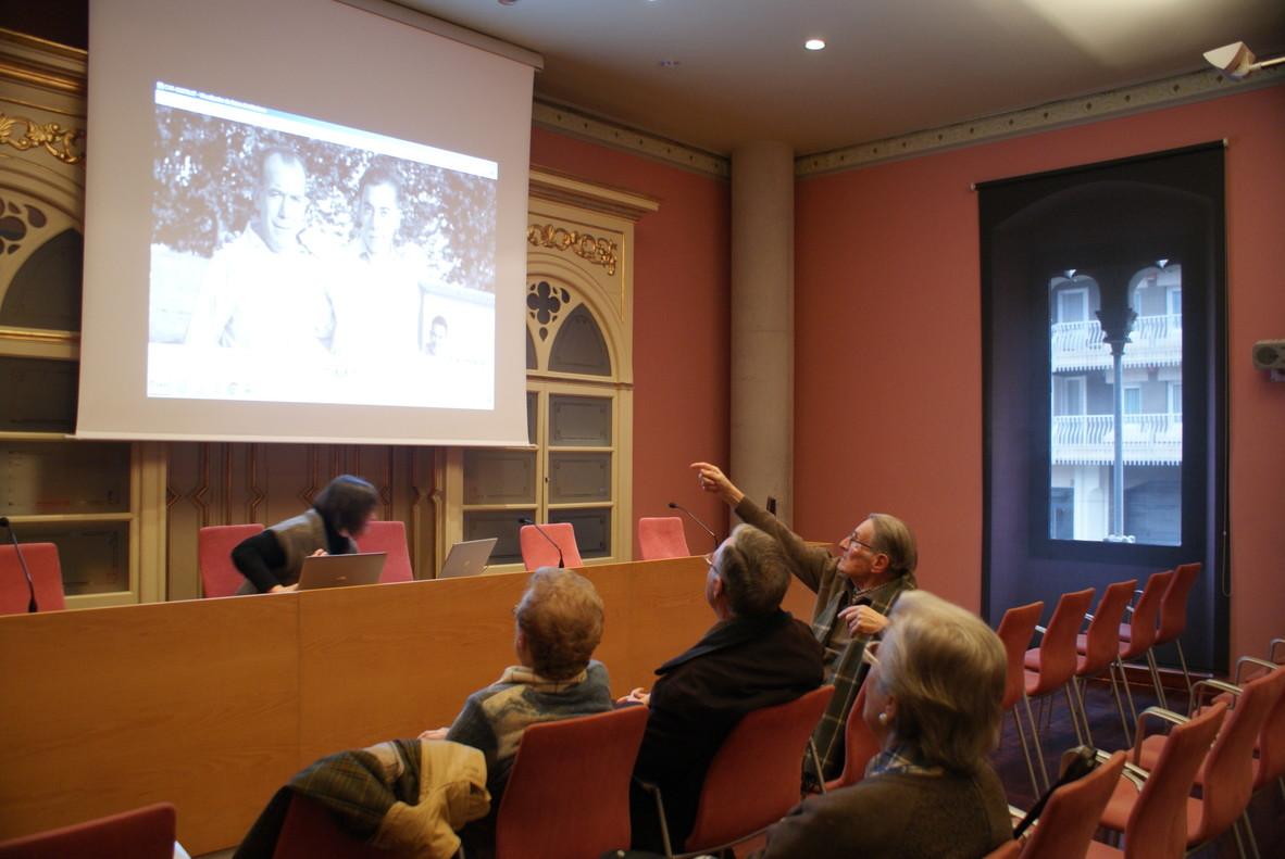 Gent gran a lArxiu Històricde Mataró identificantfotos antigues.