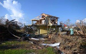 Una casa en muy malas condiciones por el paso del huracán Dorian en Bahamas.