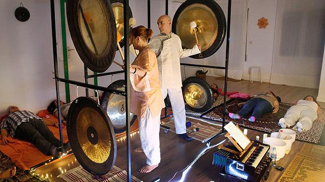 Baño de gongs en el centro Armonía, en Sants. Con las mazas, Óscar y Alicia.
