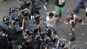 Manifestantes se enfrentan con las fuerzas antidisturbios en Beirut este viernes.