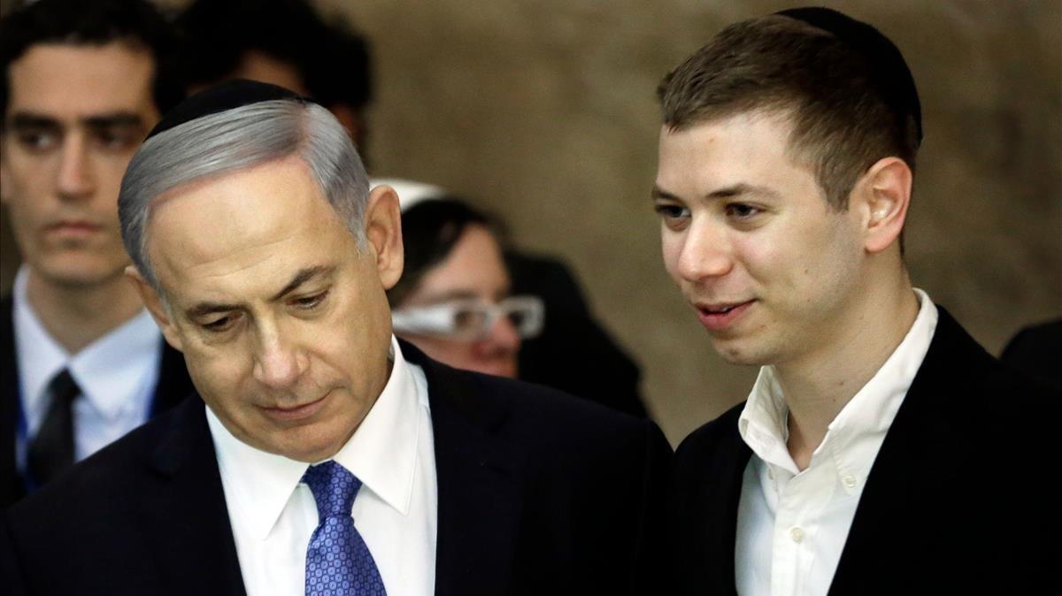 Binyamin Netanyahu (izquierda) con su hijo Yair, en marzo del 2015.