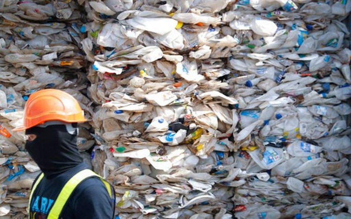 Residuos de botellas de plástico desechadas.