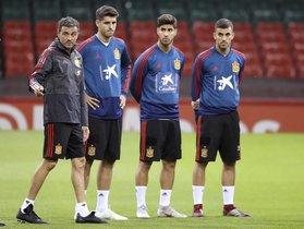 Luis Enrique (i) dirige un entrenamiento ante Morata, Asensio y Ceballos.