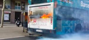Arde un bus turístico en la Gran Via de Barcelona