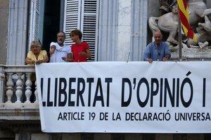 Lluís Llach,Sílvia Bel,Antoni Baños y Teresa Casalscolocando la pancarta en la Generalitat.