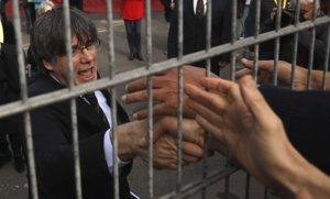 Carles Puigdemont saluda a sus simpatizantes tras el acto de este sábado en Perpinyà.