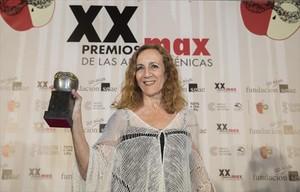 Carme Portaceli con el galardón a la mejor dirección de escena, anoche, en el Palau de les Arts de València.
