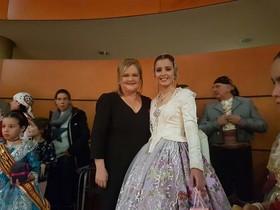 Carmen de Rosa (izquierda), junto a la fallera mayor de la Falla Plaça del Mercat Central de València, en una imagen publicada por la entidad en Facebook.