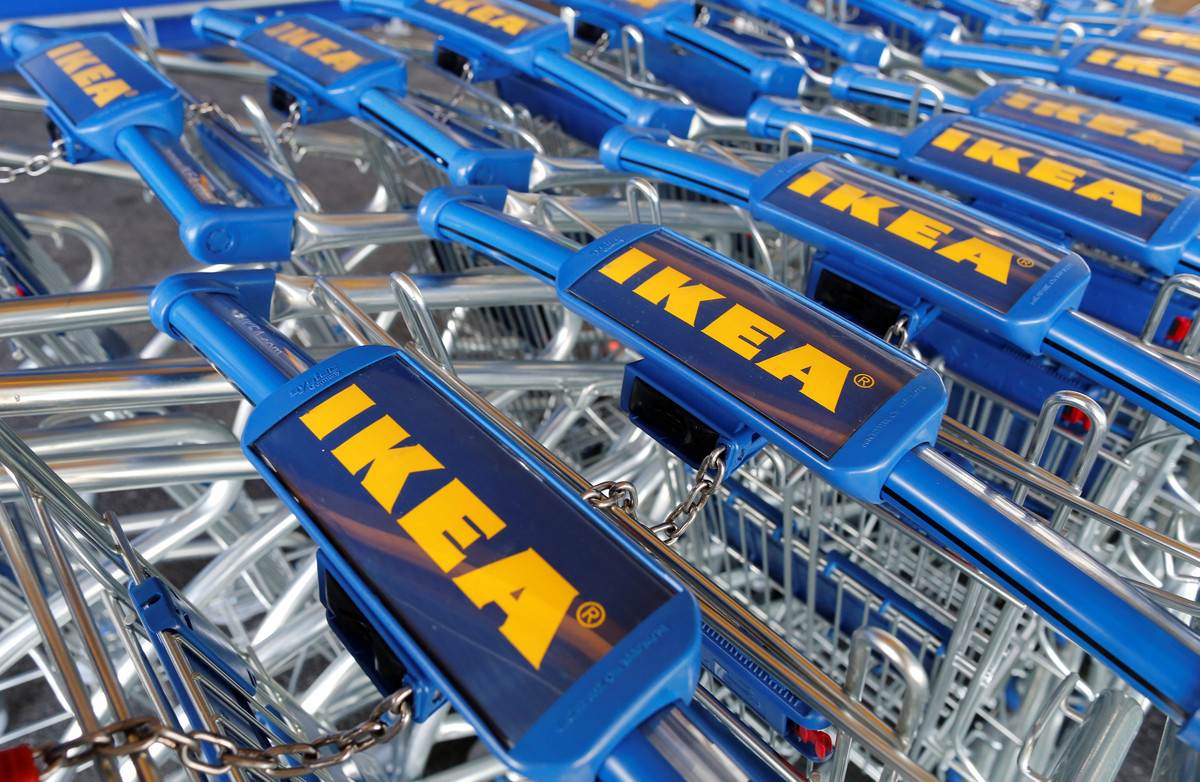 Carritos de Ikea en un establecimiento de la cadena sueca en Francia.