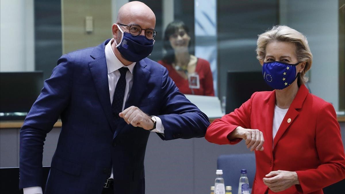 Charles Michel y Ursula von der Leyen en el inicio de la cumbre extraordinaria en Bruselas, este jueves.