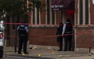 Policías resguardan la escena de un tiroteo en Chicago, Estado Unidos.