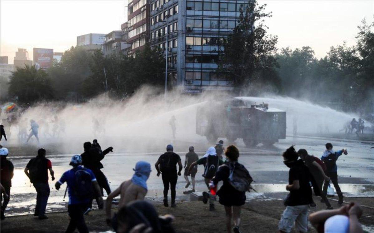 Enfrentamientos entre manifestantes y la policía en Chile.