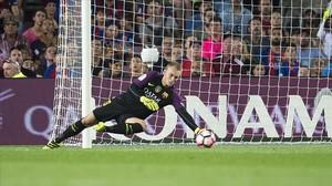 Cillessen observa cómo el balón se aloja en la portería en el segundo gol del Alavés.