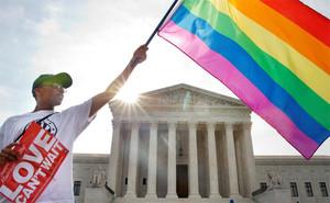 Un ciudadano estadounidense ondea una bandera del orgullo gay, ante en Tribunal Supremo.
