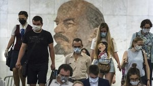 Ciudadanos de Moscú en una estación de metro de la capital rusa, el miércoles.