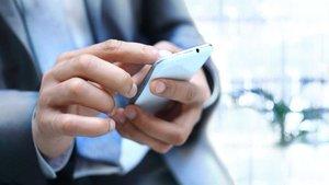 Un cliente realiza una gestión bancaria desde su móvil.