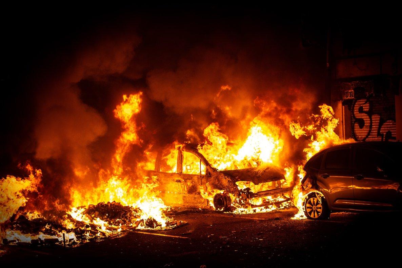 16/10/2019 Un detenido y al menos 11 heridos en los disturbios de Barcelona donde arden coches y hogueras.