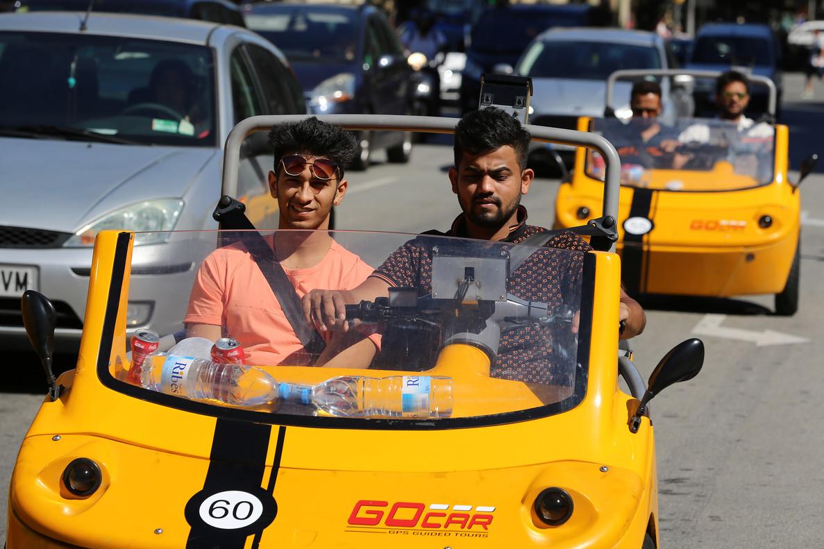 Turistas a bordode los parlanchines vehículos de Go Car.