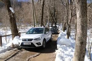 Cola de coches en una pista del Parc Natural del Montseny, el pasado sábado, tras la intensa nevada.