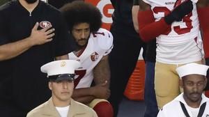 Colin Kaepernick se niega a levantarse y pone larodilla en tierra durante el himno de EEUU, este viernes en un partido de pretemporada.