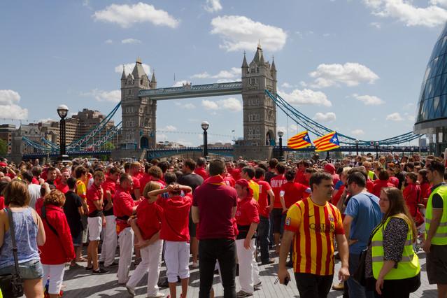 La colla Joves Xiquets de Valls es prepara per aixecar un cinc de set a la ciutat de Londres.