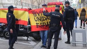 Concentrados con banderas españolas ante el Tribunal Supremo.