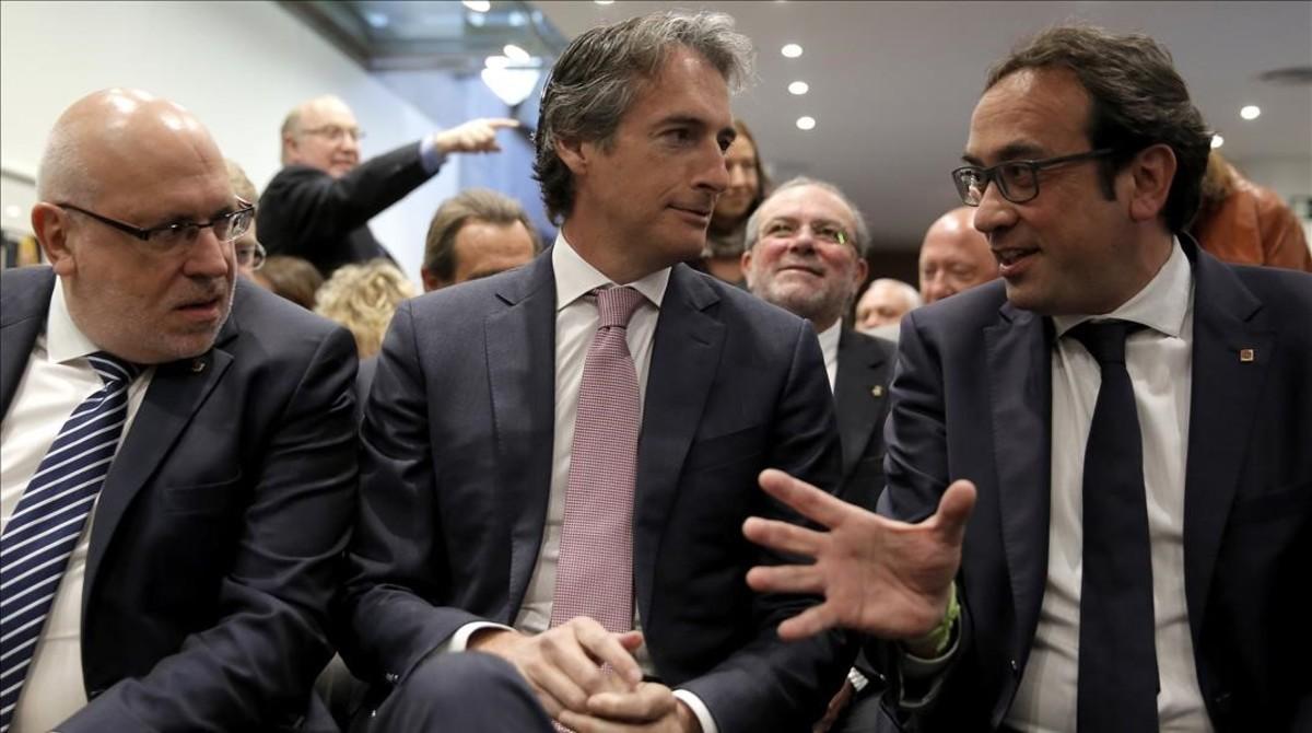 El 'conseller' de Economia, Jordi Baiget, el ministro de Fomento, Iñigo de la Serna, y el 'conseller' de Territori, Josep Rull.