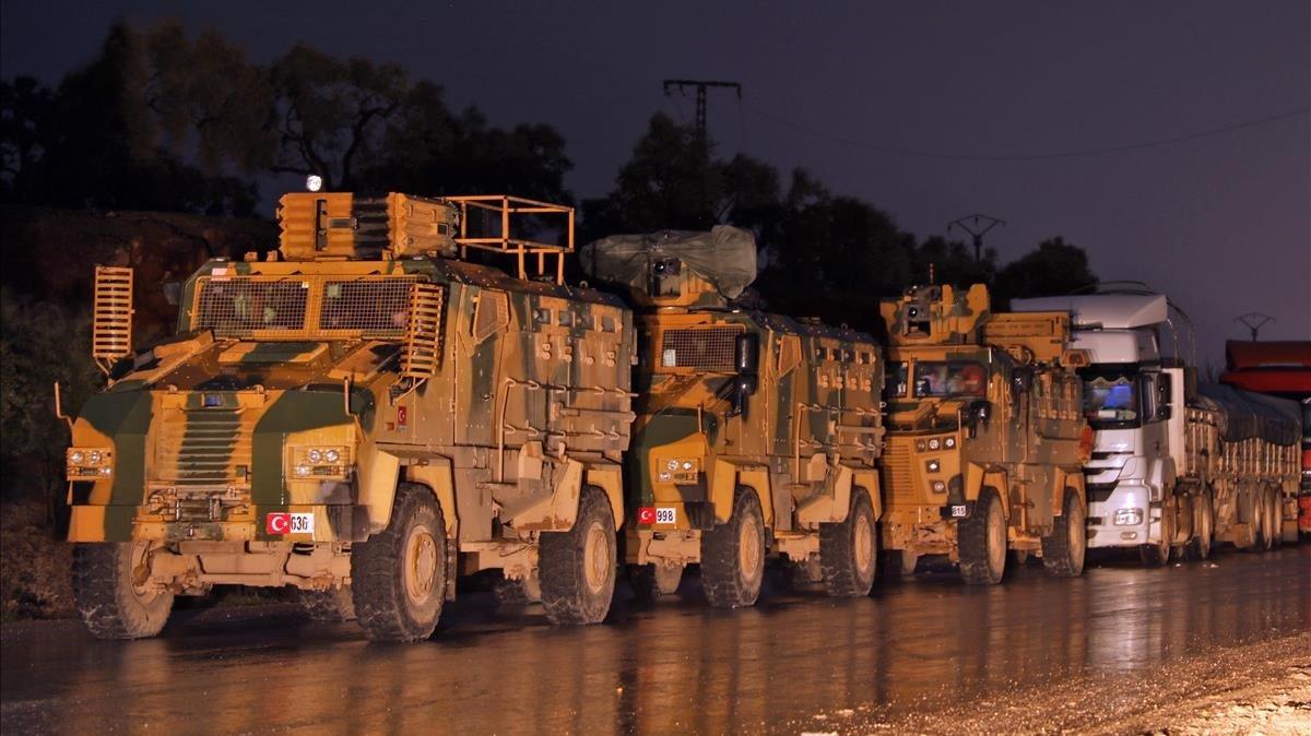 Un convoy del Ejército turco circula por una carretera de Idleb, el pasado día 7 de febrero.