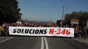 Más de 500 vecinos del Camp de Tarragona cortan ls N-340 enl'Arboç para exigir la gratuitidad de la AP-7, en una imagen de archivo.