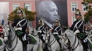 El cortejo fúnebre con los restos de Mário Soares recorre las calles de Lisboa.