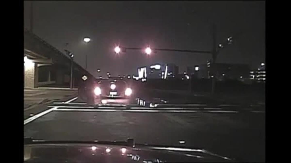 Un cotxe fuig amb la policia dins del cotxe, a Texas.