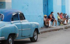 Personas en Cubahcen fila en una panadería en plena pandemia de coronavirus.