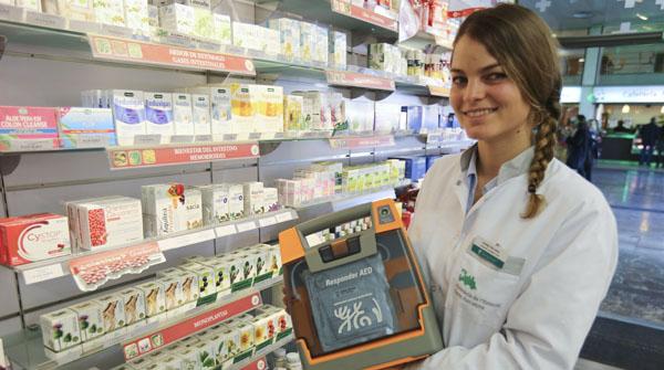 La farmacèutica Elena Schröder mostra el desfibril·lador que va salvar la vida a un home a lestació de Sants