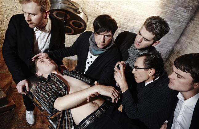 En la camilla, el cantante de Franz Ferdinand, Alex Kapranos. El Sparks Russell Mael le toca la frente mientras su hermano Ron hace una foto. Intercalados entre ellos, el resto del cuarteto escocés. De izquierda a derecha, Bob Hardy, Paul Thomson y Nick McCarthy.