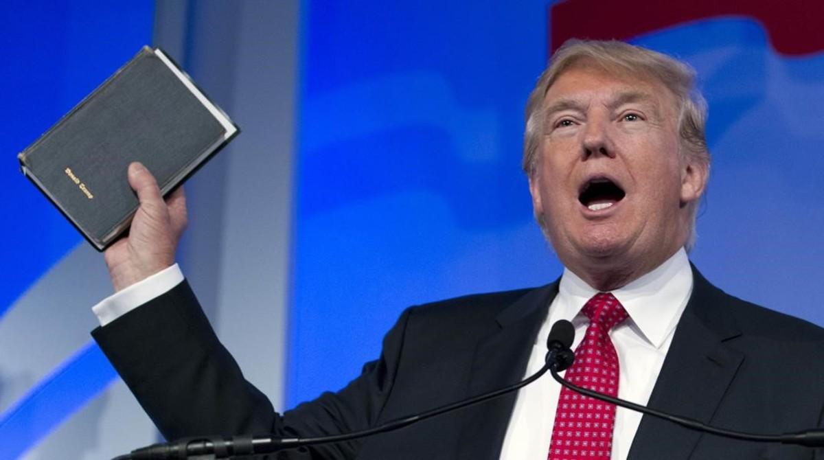 Donald Trump blande una biblia que había pertenecido a su madre en un discurso el pasado septiembre.