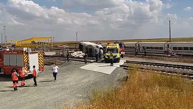 Dos personas han fallecido tras el descarrilamiento de un tren Alvia que realizaba el trayecto Ferrol-Madrid.