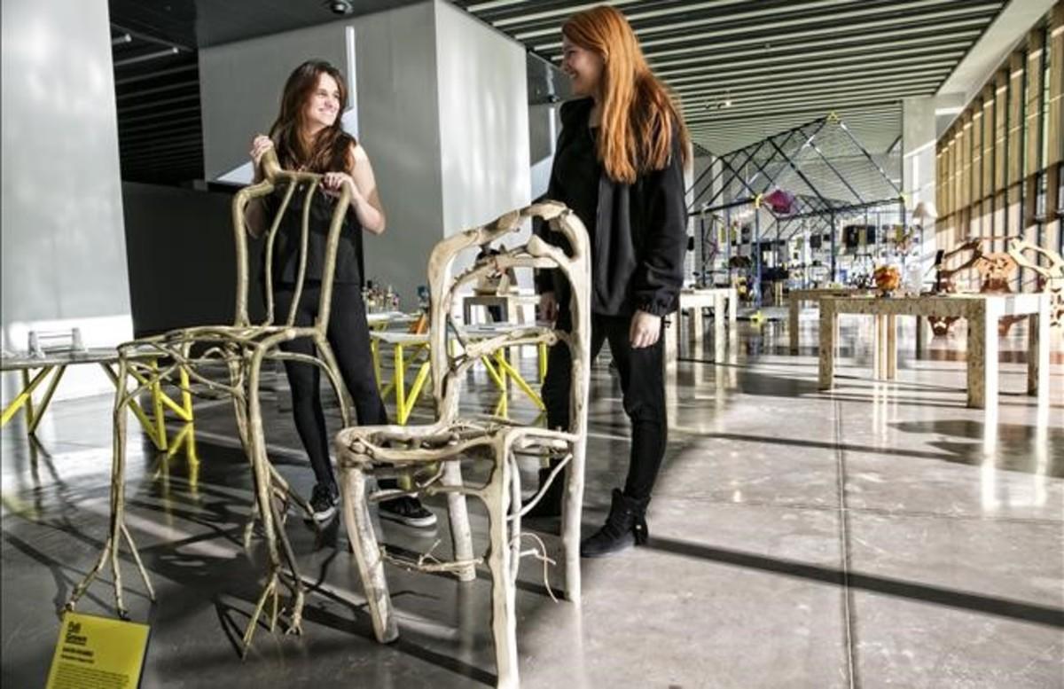 Dos sillas crecidas en el campo de muebles de Gavin Munro y expuestas en Rehogar.