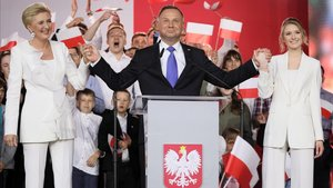 Duda se dirige a sus simpatizantes tras conocer los resultados provisionales que le dan como vencedor en las elecciones polacas.
