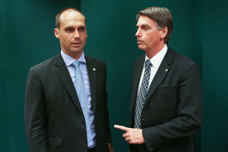Eduardo y Jair Bolsonaro durante un evento político en Brasilia.