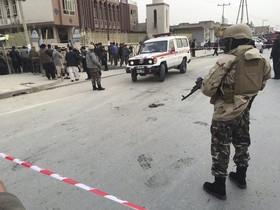 KAB02 KABUL (AFGANISTÁN) 21/11/2016.- Agentes de seguridad hacen guardia ante la mezquita chiíta Baqir-ul-Olom tras un atentado suicida en Kabul (Afganistán) hoy, 21 de noviembre de 2016. Al menos 27 personas murieron y otras 35 resultaron heridas después de que un suicida atacara hoy en un templo de Kabul a los participantes de una ceremonia religiosa chií, confirmaron a Efe fuentes oficiales. En el ataque de hoy dentro de una mezquita chií 27 civiles han muerto y 35 han resultado heridos, indicó el portavoz de la Policía de Kabul, Basir Mujahid. EFE/Jawad Jalali