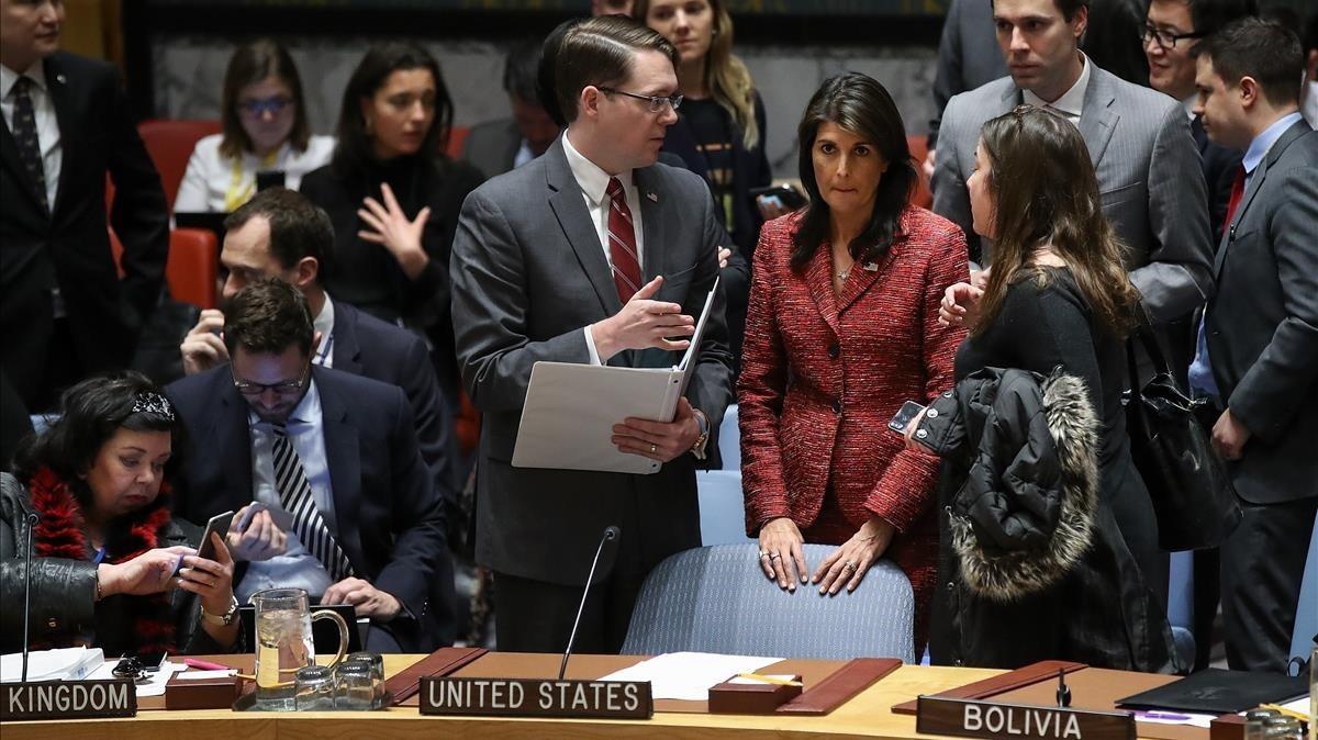 La embajadora de EEUU en la ONU, Nikki Haley (segunda por la derecha) escucha a miembros de su delegación, al inicio de la sesión del Consejo de Seguridad, en Nueva York, el 10 de abril.