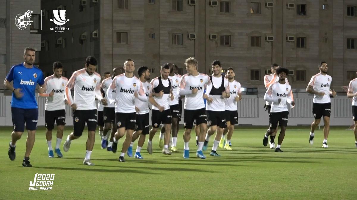 El equipo del Valencia CF entrenando horas antes del partido de semifinales de la Supercopa de España.