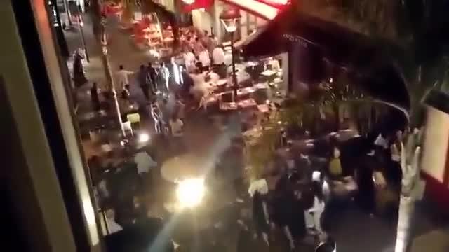 Así han quedado las terrazas de la localidad de Juan-les-Pins tras la estampida de personas que temían ser víctimas de un ataque terrorista.