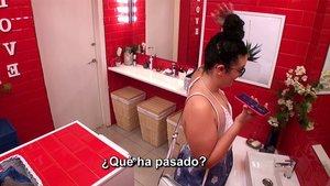 Estela hablando por teléfono con su madre en 'First Dates'.