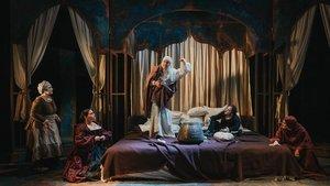 Esther López, Júlia Truyol, Aitor Galisteo-Rocher, Xavi Francés y Carla Rovira, en una escena de la obra.