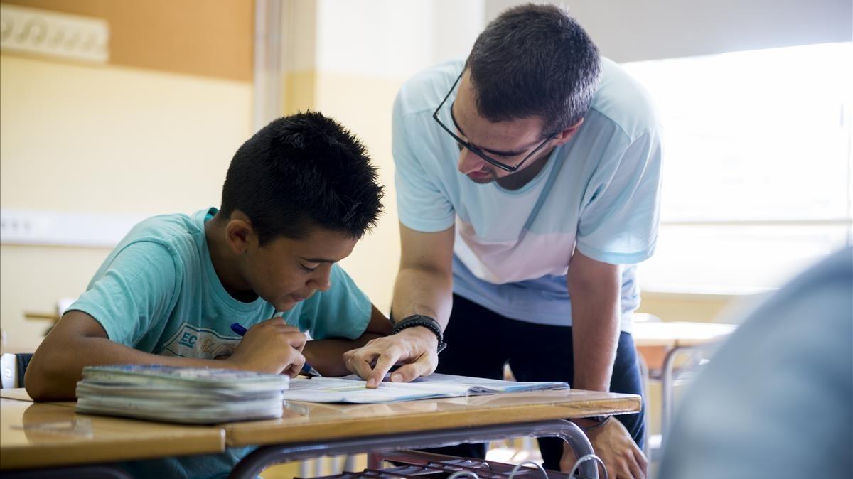 Un estudiante atiende a una explicación durante una clase de refuerzo.