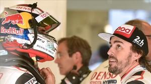 Fernando Alonso conserva, en la jornada de entrenamientos de ayer, en Le Mans, con su compañero Sebastien Buemi.